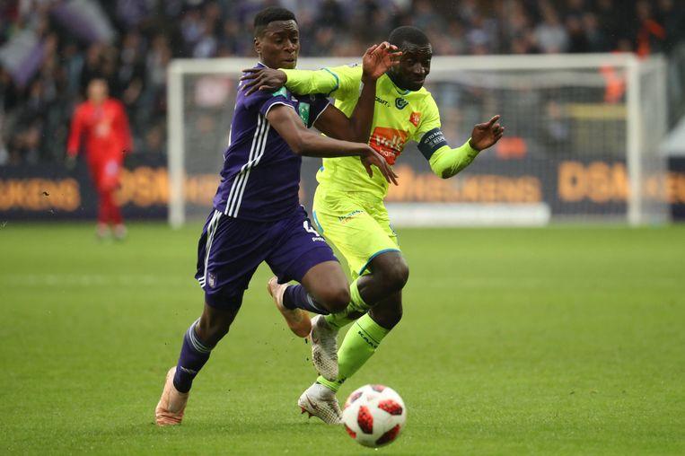Sambi Lokonga in duel met Nana Asare.