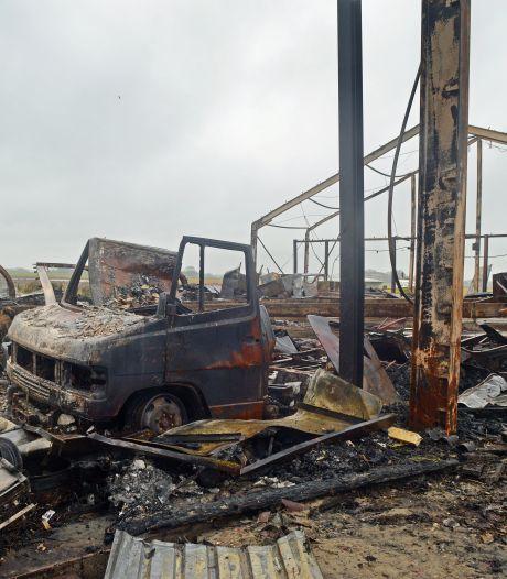 Tientallen campers, caravans en bootjes in de as gelegd na brand in loods Serooskerke (S); 'Ik heb er nog geen dag mee kunnen varen'