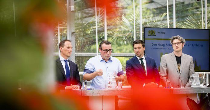 Vlnr: onderhandelaars Boudewijn Revis (VVD), Richard de Mos (Groep de Mos), Robert van Asten (D66) en Arjen Kapteijns (Groenlinks) presenteren hun coalitieakkoord.