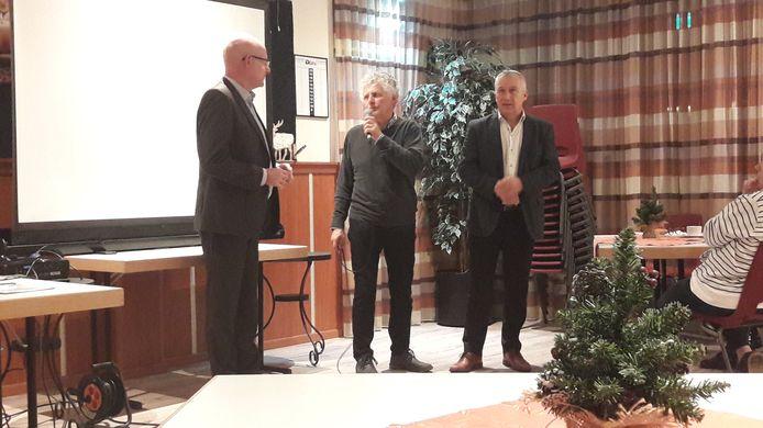 Voorzitter van de Lewedorpse dorpsraad Ad Lijmbach (midden) in gesprek met de wethouders Chris Simons (links) en Arno Witkam (rechts) tijdens de informatiebijeenkomst in Lewedorp over de verkeersknelpunten.