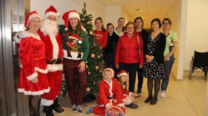 Rusthuisbewoners krijgen bezoek van de Kerstman