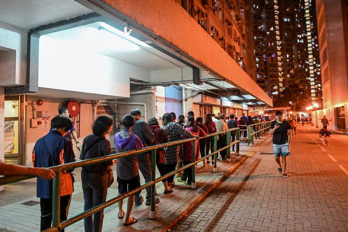 Er stonden gisteren lange rijen voor de stembureaus in Hongkong.