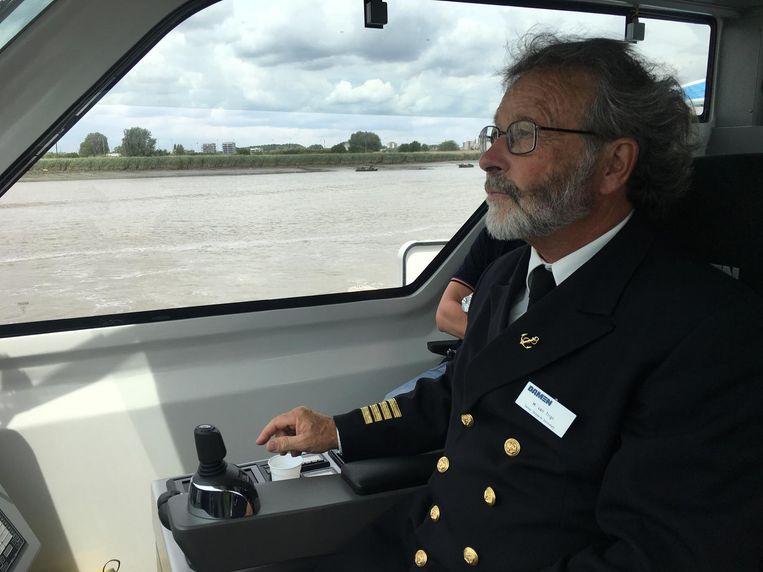 De Waterbus vaart tegen een snelheid van 40 km/uur over de Schelde.