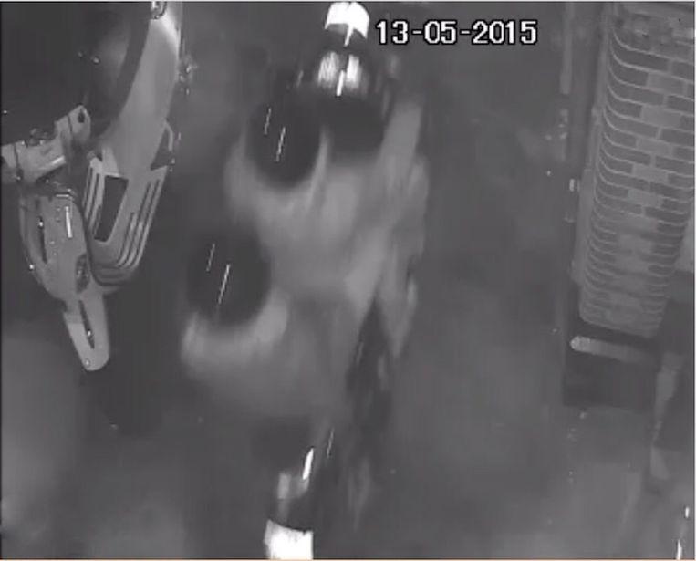 De politie heeft beelden vrijgegeven waarop de vermoedelijke daders te zien zijn. Beeld Politie Amsterdam