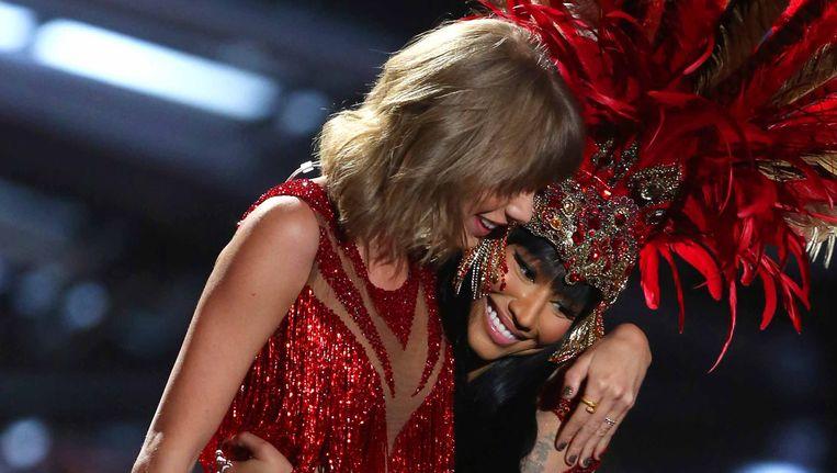 Taylor Swift knuffelt Nicki Minaj tijdens de VMA's.