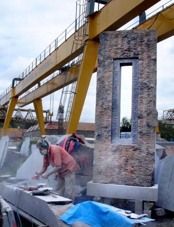 Marcel van Zijp aan het werk aan de pijler, die dwars door de opening in het werk (rechts) wordt gestoken.