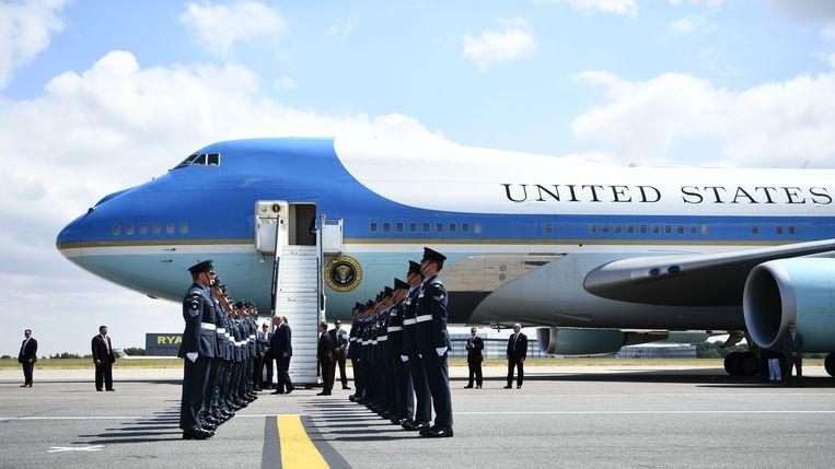 Het Amerikaanse presidentiële koppel bij de aankomst in Stansted Airport.