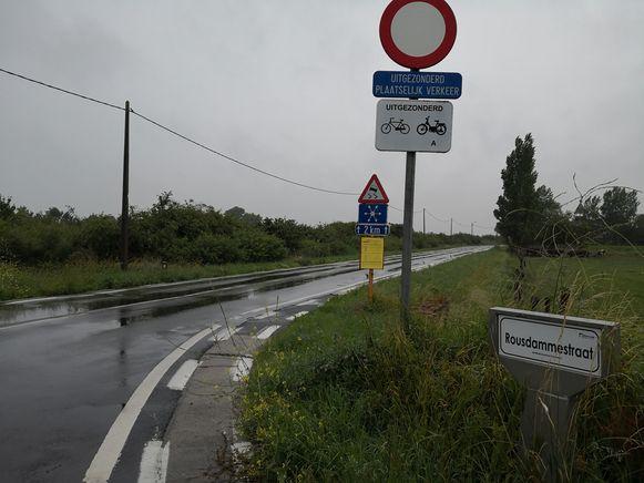 Langs deze weg is een dubbelrichtingsfietspad gepland. Als je van Diksmuide komt, zal dat links liggen.