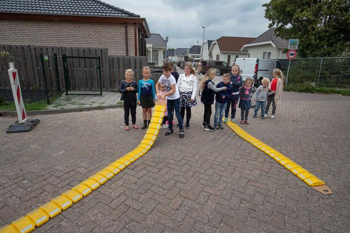 Om de veiligheid van de kinderen te vergroten hebben bewoners van het woonwagenkamp zelf verkeersdrempels aangeschaft en neergelegd aan de Wielstraat in Kampen.