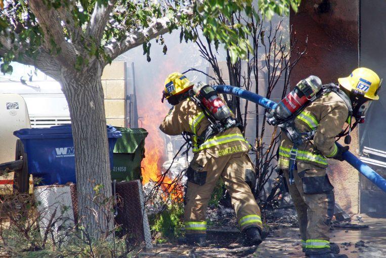 Brandweermannen zijn in de weer bij een huis in Ridgecrest, Californië na de aardbeving van afgelopen donderdag. Vandaag vond er een nieuwe beving plaats in het gebied.
