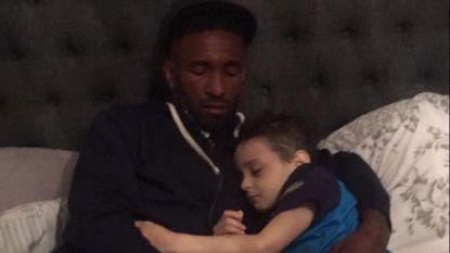 Hartverscheurend: terminaal jongetje neemt in armen van Engels international afscheid