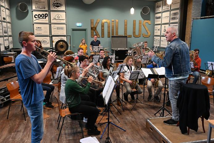 Het jeugdorkest oefent voor Kids in Contert!
