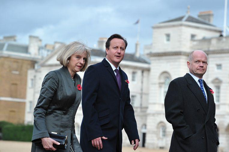 Premier Cameron (m) met minister van binnenlandse zaken Theresa May (l) en buitenlandminister William Hague (r) in 2012. Beeld AFP