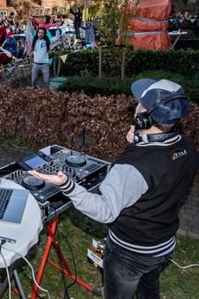 Zon, muziek en een drankje: met straatdisco even de corona-ellende vergeten in Nijmegen