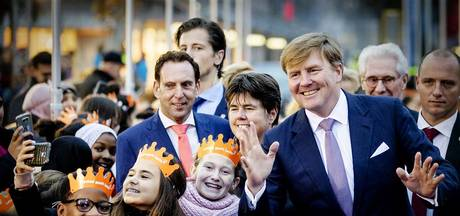 Koning verwelkomd als popster in jarig Lelystad