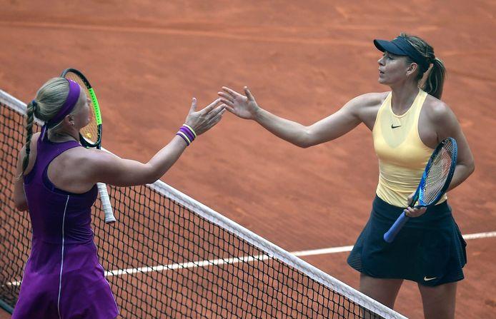 Kiki Bertens wordt gefeliciteerd door Maria Sjarapova na de kwartfinale van het Madrid Open in 2018