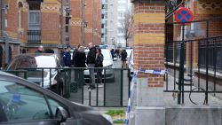 Agenten schieten man dood die hen aanviel met sabel in Brussel