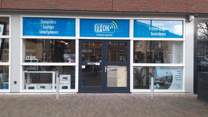 Inbrekers deden er maar liefst anderhalve minuut over om een ruit in te slaan bij IT-OK aan de Vicaris van Alphenstraat in Schijndel.