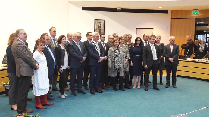 De nieuwe gemeenteraad van Moerdijk poseert voor pers, familie en vrienden.
