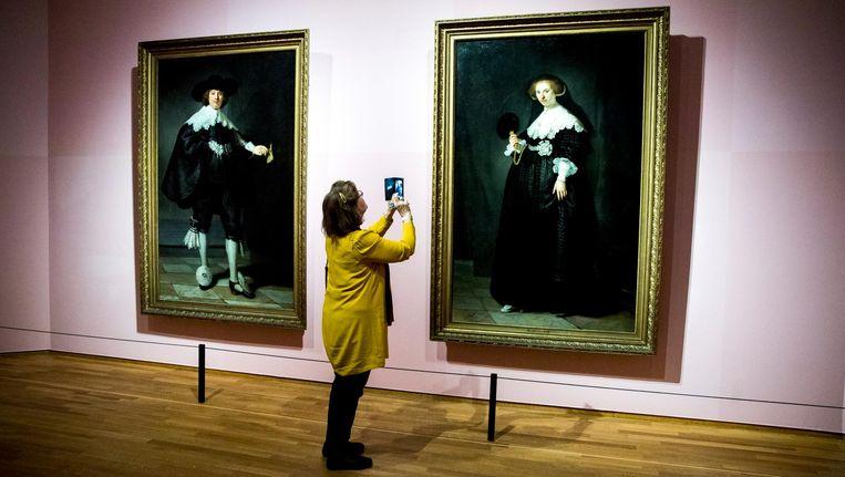 Journalisten bekijken de kunstwerken met o.a. Rembrandts huwelijksportretten van Marten Soolmans en Oopjen Coppit op de tentoonstelling High Society tijdens de perspresentatie in het Rijksmuseum. Beeld anp
