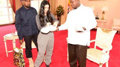 Wanneer Kim en Kanye op bezoek gaan bij de president van Oeganda... krijgt hij een paar sneakers cadeau