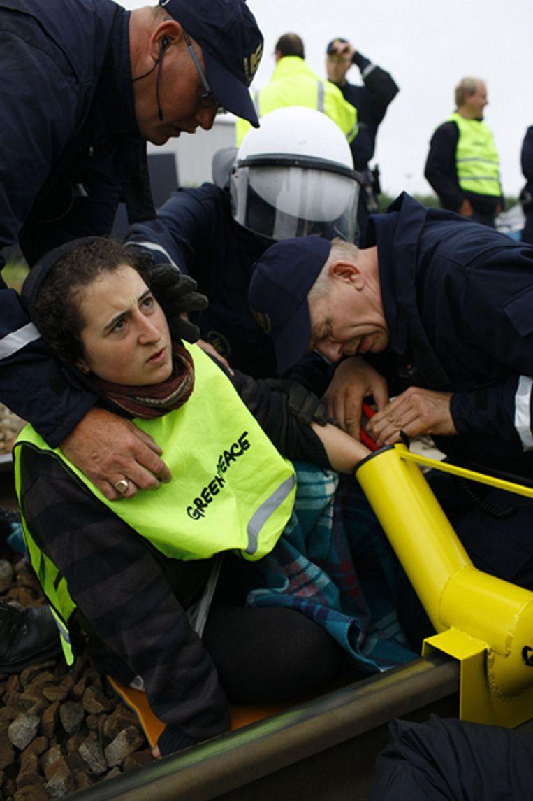 Arrestatie van een actievoerder van Greenpeace op de route van het kerntransport. © Greenpeace/Beentjes Beeld null