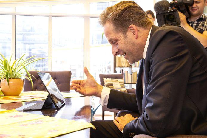 Minister Hugo de Jonge (Volksgezondheid) bracht dinsdagmiddag bij Humanitas een virtueel bezoek aan De Zilverlinde, waar al eerder in het kader van een experiment  bezoek welkom was.