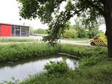 Man met scootmobiel te water in Sprang-Capelle voor deur van brandweerkazerne