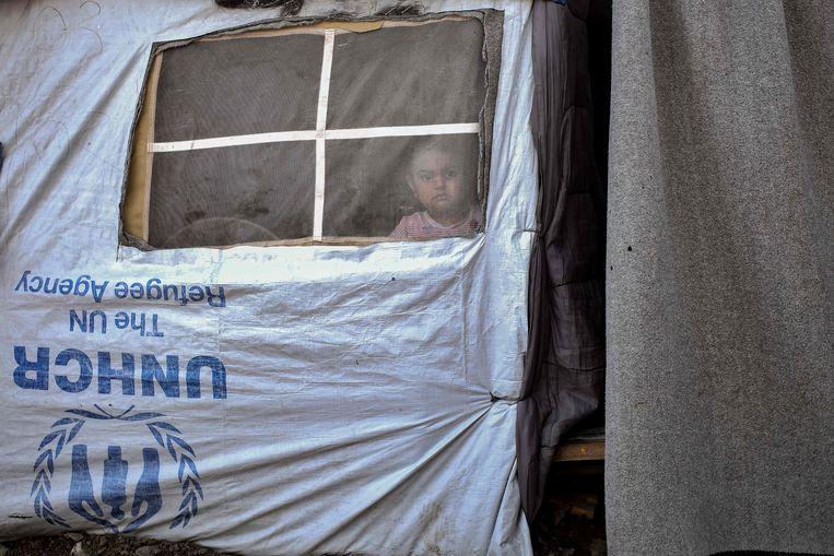 Een kind in een UNHCR-tent vlakbij het Moria-kamp. Beeld AFP