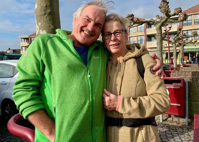 Henk en Geertje van Santen uit Ameide wandelen elke zaterdag een flink stuk. Dit keer naar Meerkerk waar de acteur en zijn vrouw een gebakje aten.
