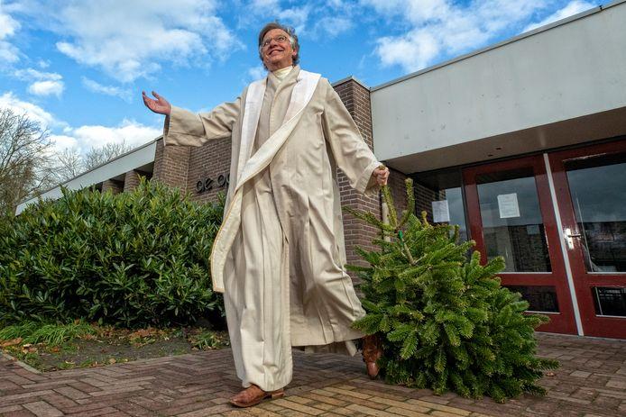Dominee Kees Burger uit Harmelen neemt symbolisch de Kerstboom mee uit de Kerk om Kerstmis dit jaar online te vieren
