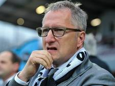 Meijers wordt op de hoogte gehouden van tussenstand bij FC Dordrecht