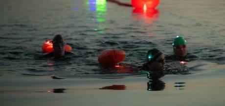 Elfstedenhelper kijkt mee bij veiligheidstest voor Night Swim in Lith