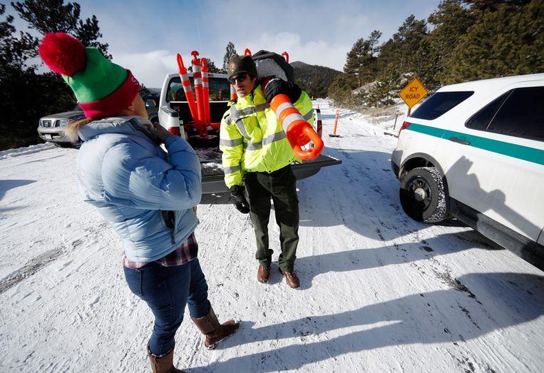 Een weg in de Rocky Mountains is vanwege het onbetaald verlof van ambtenaren niet begaanbaar gemaakt. Beeld AP