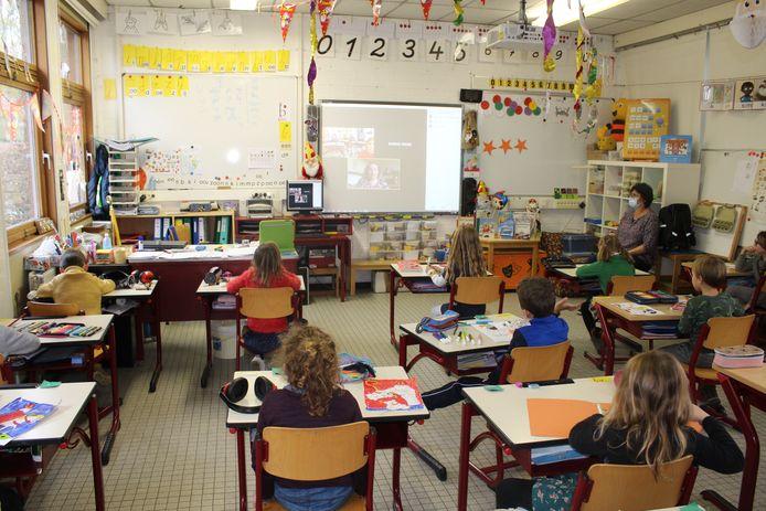 Elke dag gaan de schoolboeken 25 minuten aan de kant om te luisteren naar een digitaal verhaaltje voorgelezen, door één van de ouders.