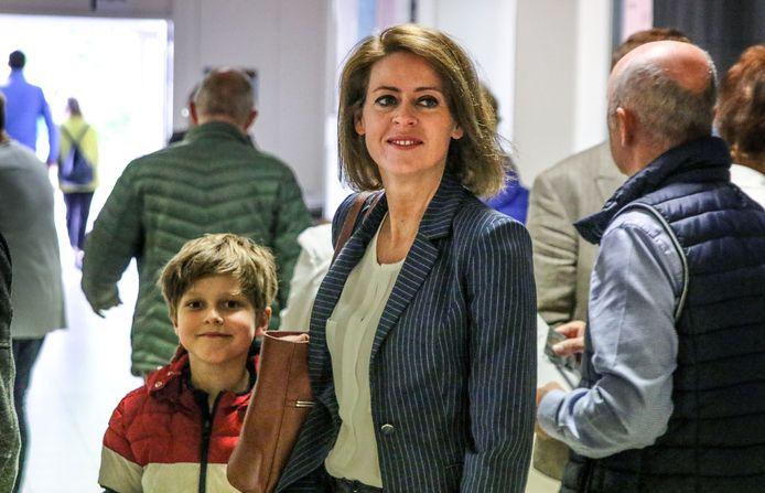 Emmily Talpe met haar zoontje op de dag van de verkiezingen.