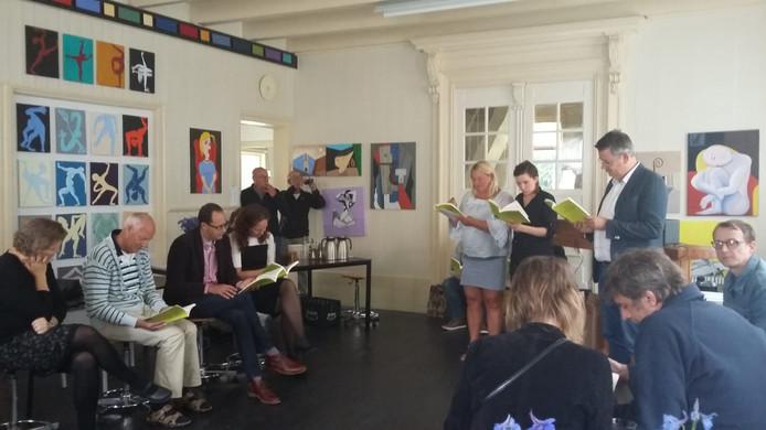 Anne-Marie Maartens, Hilde van Beek en Bas Jongenelen dragen voor uit de sonnettenkransenkrans