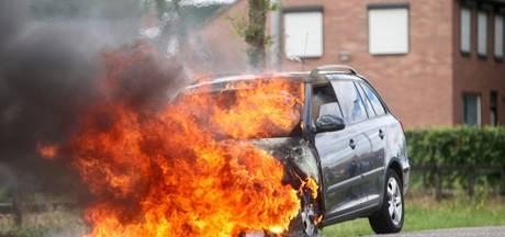 Auto vliegt tijdens rit in brand in Dorst