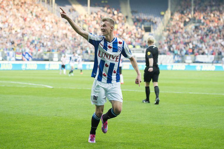 Heerenveen-speler Daley Sinkgraven viert zijn doelpunt tegen PSV. Beeld anp