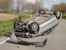 Automobilist ramt lantaarnpaal in Wijk en Aalburg, auto belandt op zijn kop