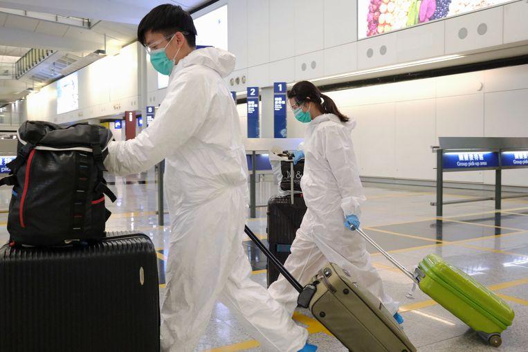 Passagiers arriveren in de luchthaven van Hongkong.