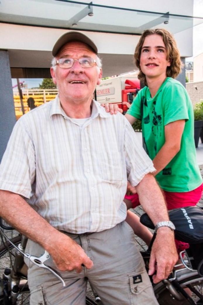 Jac van Gool (71) en kleinzoon Luc van Gool (13) zijn al drie jaar samen kermisopbouw-kijkers. Foto Jan van Eijndhoven