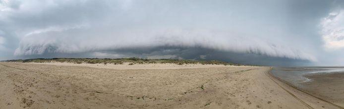 Onheilspellende wolken bij het strand van Vrouwenpolder.