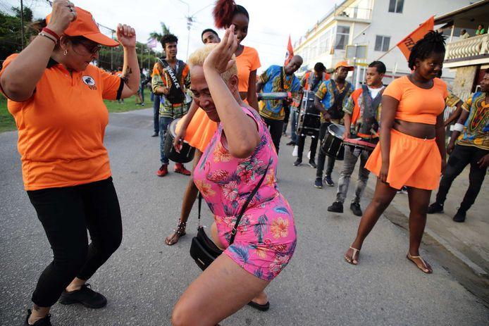 Aanhangers van de VHP, de grootste grootste oppositiepartij in Suriname, tijdens een verkiezingscampagne.