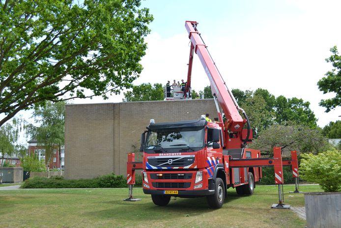De jongen is met een hoogwerker van de brandweer van het dak gehaald in Druten.