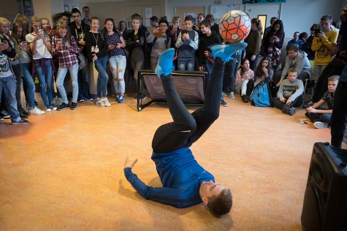 Leerlingen van OBC Elst genieten van de trucs van een van de drie balkunstenaars die het college dinsdag bezochten.