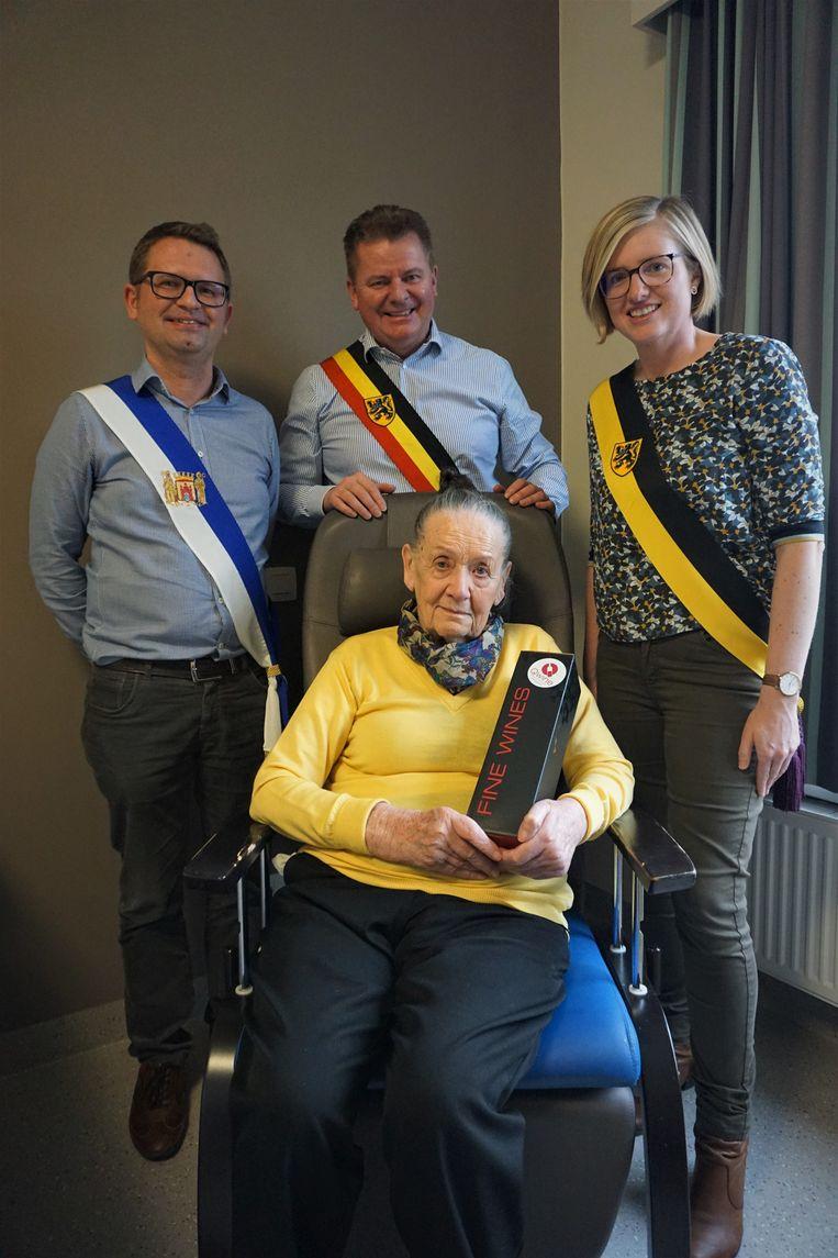 Mariette Christiaens, geboren en getogen in Oudenburg, krijgt bezoek van gemeenteraadsvoorzitter Stefaan Reynaert, burgemeester Anthony Dumarey en schepen Romina Vanhooren.