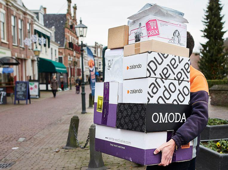 Een pakketbezorger brengt pakketjes naar een verzamelpunt in Voorburg, waar klanten ze kunnen ophalen. Beeld Phil Nijhuis, HH