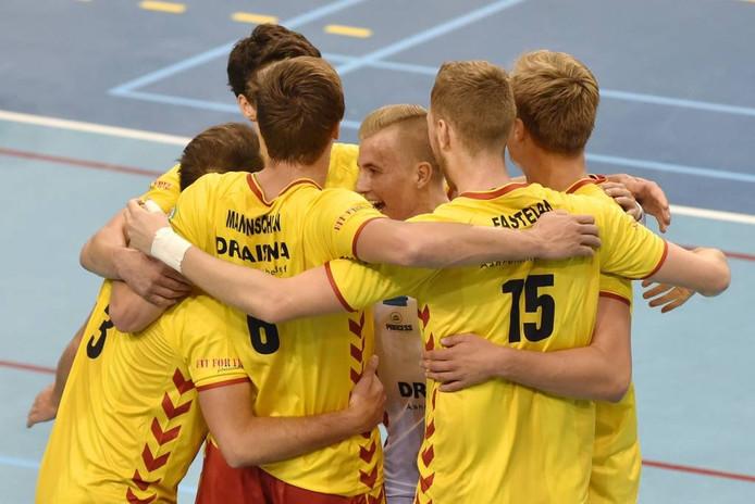 De volleyballers van Dynamo vieren een punt.