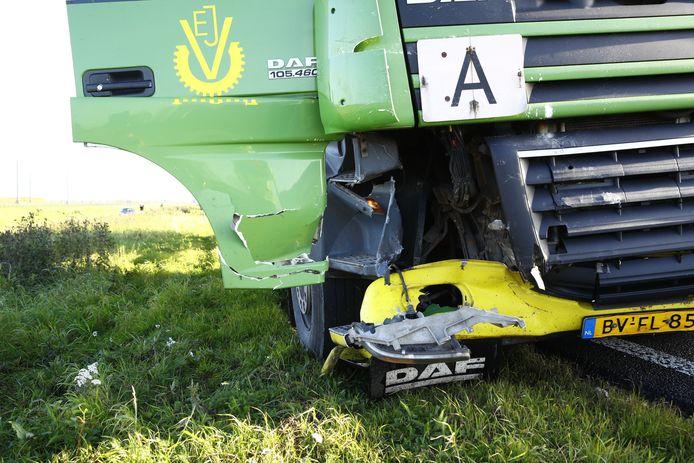 De vrachtwagen raakte behoorlijk beschadigd bij het ongeval.